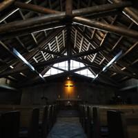 小屋組の丸太が印象的な礼拝堂。壁のレンガなど建物の素材は道産のものが使われている=札幌市東区で2020年9月24日、貝塚太一撮影