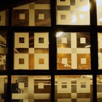 ガラスに和紙を貼った幾何学模様はアントニン・レーモンド氏の妻、ノエミ氏のデザイン=札幌市東区で2020年9月24日、貝塚太一撮影
