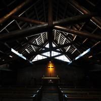 小屋組の丸太が印象的な礼拝堂。壁のレンガなど道産のものが使われている=札幌市東区で2020年9月24日、貝塚太一撮影