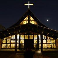 月がきらめく薄暮に光る札幌聖ミカエル教会=札幌市東区で2020年9月24日、貝塚太一撮影