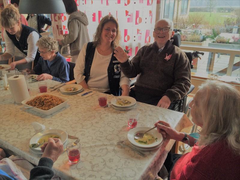 認知症の人へのケアは笑顔を生み出す効果もある=デンマーク・ミドルファート市の高齢者施設で、筆者撮影