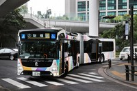 """An articulated bus that began operating as part of the """"Tokyo BRT"""" bus rapid transit system connecting the harborside area and central Tokyo is seen in the capital's Minato Ward on Oct. 1, 2020. (Mainichi/Kentaro Ikushima)"""