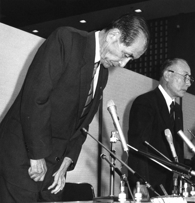 巨額不正融資仲介事件の責任をとって辞任を表明する磯田一郎住友銀行会長。右は巽頭取(住友銀行東京本部で1990年10月7日撮影)