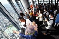 The Tembo Deck at Tokyo Skytree is seen packed with visitors on the first weekend since Tokyo was added to the government's Go To Travel campaign, in the capital's Sumida Ward on Oct. 3, 2020. (Mainichi/Kaho Kitayama)