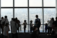 The Tembo Deck at Tokyo Skytree is seen filled with visitors taking in views of the capital on the first weekend since Tokyo was added to the government's Go To Travel campaign, in Sumida Ward on Oct. 3, 2020. (Mainichi/Kaho Kitayama)