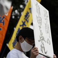 日本学術会議への人事介入に反対するとして、首相官邸前で抗議活動をする男性=東京都千代田区で2020年10月3日午後3時31分、吉田航太撮影