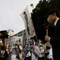 日本学術会議への人事介入に反対するとして、首相官邸前で抗議活動をする人たち=東京都千代田区で2020年10月3日午後3時24分、吉田航太撮影