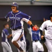 【日本製鉄鹿島-スバル】八回表日本製鉄鹿島2死一、二塁、林の2点三塁打で生還し喜ぶ一塁走者の大曽根(左)=太田市運動公園野球場で2020年10月4日、西夏生撮影