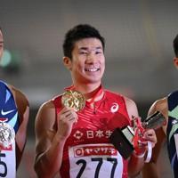 【陸上・日本選手権】男子100メートルで優勝し、表彰式で笑顔を見せる桐生祥秀(中央)。左は2位のケンブリッジ飛鳥、右は3位の小池祐貴=新潟市のデンカビッグスワンスタジアムで2020年10月2日、久保玲撮影
