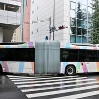 プレ運行を開始した東京オリンピック・パラリンピックの選手村や競技会場がある臨海部と都心を結ぶバス高速輸送システム「東京BRT」の連節車両=東京都港区で2020年10月1日、幾島健太郎撮影