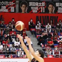 バスケットボール男子Bリーグ【A東京―川崎】 第2クオーター、座席の間隔を空けながら試合を見つめる観客たち=東京・アリーナ立川立飛で2020年10月2日、小川昌宏撮影