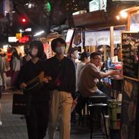「Go Toトラベル」に東京が加わって初の週末。中洲の屋台にはにぎわいが戻りつつあった=福岡市博多区で2020年10月3日、金澤稔撮影