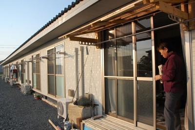 仮設住宅では雨や寒さよけのため窓際に自分たちで日よけや縁側を設けた世帯もある=宮城県石巻市で2011年10月8日、影山哲也撮影
