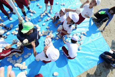 福島第1原発事故の影響で、グラウンドに敷かれたブルーシートの上で玉入れをする児童ら=福島市で2011年10月9日午前10時、津村豊和撮影