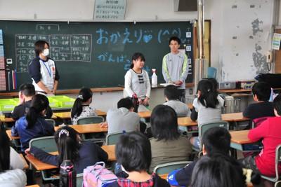 震災から7カ月となり、黒板に「おかえり」と書かれた教室で授業を再開した児童たち=福島県いわき市の久之浜第一小で2011年10月11日午前8時26分、遠藤孝康撮影