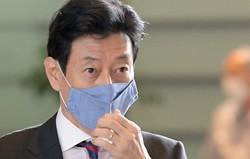 日本経済は回復軌道に乗れるか…(首相官邸に入る西村康稔経済再生担当相)=2020年9月15日、竹内幹撮影