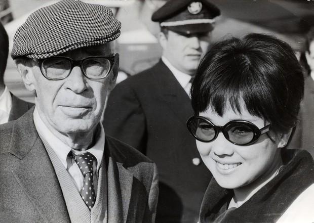 ハネムーンでパリに到着したヘンリー・ミラー(左)とホキ徳田さん=1967年9月 Aflo