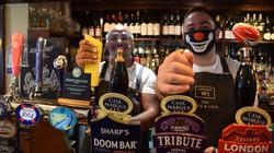 英国のパブではミラーさん(右)ら従業員にマスクなどの着用が義務付けられた=ロンドンで2020年9月29日、横山三加子撮影