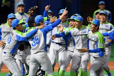 【鷺宮製作所-セガサミー】東京第3代表で本大会出場を決め、マウンド上で喜び合うセガサミーの選手たち=東京・大田スタジアムで2020年10月7日、西夏生撮影