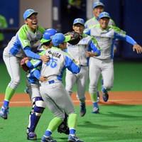 【鷺宮製作所-セガサミー】東京都第3代表で本大会出場を決め、マウンド上で喜び合うセガサミーの選手たち=東京・大田スタジアムで2020年10月7日、西夏生撮影