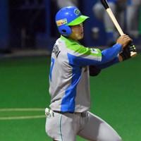 【鷺宮製作所-セガサミー】六回裏セガサミー1死一塁、根岸が中前二塁打を放つ=東京・大田スタジアムで2020年10月7日、西夏生撮影