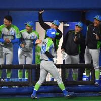 【鷺宮製作所―セガサミー】六回裏セガサミー1死二、三塁、沢良木の右犠飛で北阪(中央)が生還し喜ぶセガサミーの選手たち=東京・大田スタジアムで2020年10月7日、西夏生撮影