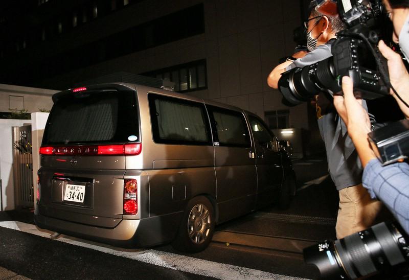 警視庁湾岸署に入る伊勢谷友介容疑者を乗せたとみられる車両=東京都江東区で2020年9月8日、玉城達郎撮影
