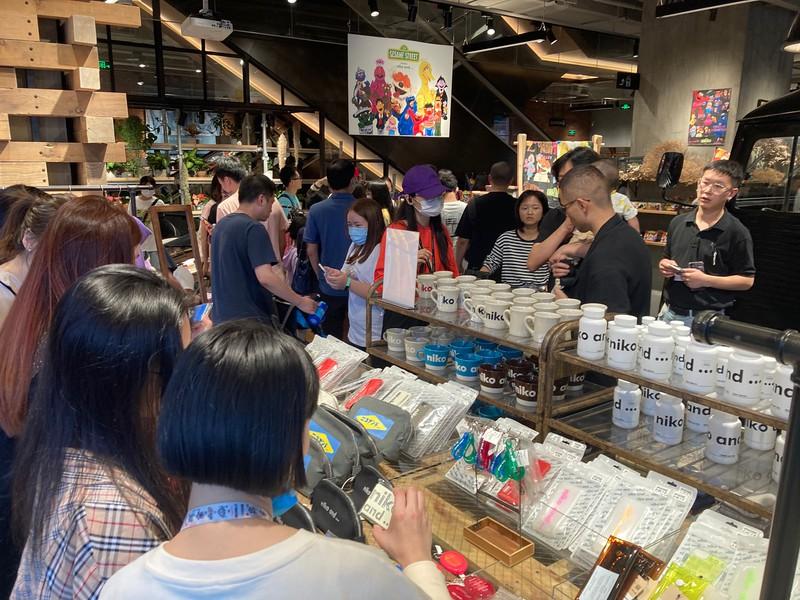 国慶節(建国記念日)を祝う大型連休初日の10月1日、上海の「ニコアンド」の店頭は大勢の客でにぎわった