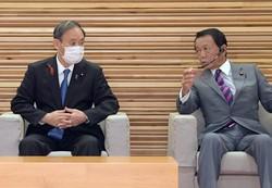 菅義偉首相(右)と麻生太郎副総理兼財務相。菅首相の財政政策のスタンスは?=首相官邸で2020年10月6日午前10時1分、竹内幹撮影