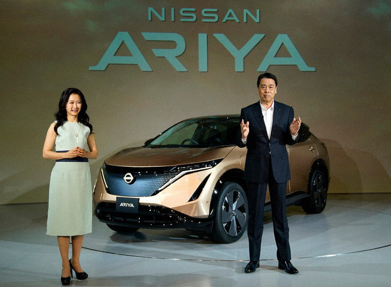 新型電気自動車(EV)アリアを発表する日産自動車の内田誠社長(右)=2020年7月、東京都内で(同社提供)