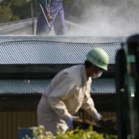 地区ごと本格除染が始まり、民家の屋根を洗浄して除染する作業員ら=福島市大波で2011年10月18日午前9時8分、森田剛史撮影