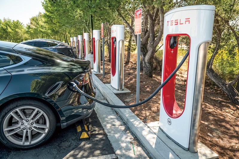 カリフォルニア州サンマテオにあるテスラの充電ステーション (Bloomberg)