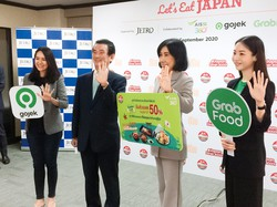 記者会見するJETROの竹谷バンコク事務所長(左から2人目)と参加企業 筆者撮影