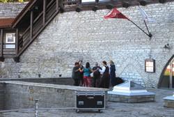 タリンの旧市街・トームペアを取り巻く城壁の下で踊る人たち(写真は筆者撮影)