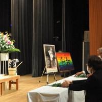 献花する被爆者や遺族ら=千葉市中央区の県文化会館で2020年10月8日午後1時14分、宮本翔平撮影