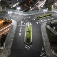 全国的にも珍しい三つまたの橋、三吉橋(長時間露光)=東京都中央区で2020年9月30日、尾籠章裕撮影