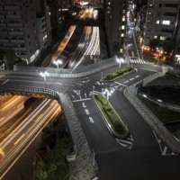緩やかな曲線を描く三又の橋、三吉橋(長時間露光)=東京都中央区で2020年9月30日、尾籠章裕撮影