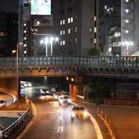 かつての築地川、現在は首都高の上に架かる三吉橋=東京都中央区で2020年9月30日、尾籠章裕撮影