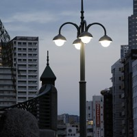 風情ある「鈴蘭燈」=東京都中央区で2020年9月30日、尾籠章裕撮影