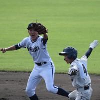 【新湊-関根学園】二回裏関根学園無死一塁、一塁走者・増野(右)が二盗に成功。2死後、増井の二塁打で先制のホームを踏む。左は遊撃手・島田=富山市の県営富山野球場で2020年10月10日、山口敬人撮影