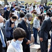 黙とうする「追悼と復興のつどい」の参加者たち=長野市穂保で2020年10月11日午前10時15分、滝川大貴撮影