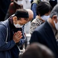 黙とうする「追悼と復興のつどい」の参加者たち=長野市穂保で2020年10月11日午前10時13分、滝川大貴撮影