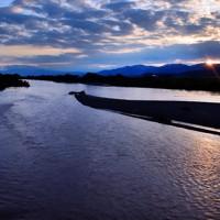 夕暮れの中、静かに流れる千曲川。昨年の台風19号で堤防が決壊した=長野県小布施町で2020年10月11日午後4時59分、滝川大貴撮影