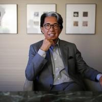 「KENZO(ケンゾー)」ブランドで世界のファッション界を先導した服飾デザイナーの高田賢三さんが4日、新型コロナウイルス感染のためパリ郊外の病院で死去した。写真は2016年8月、東京都内のホテルでポーズをとるデザイナーの高田賢三さん=小出洋平撮影