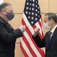 会談前に「グータッチ」をする菅義偉首相(右)とポンペオ米国務長官=首相官邸で2020年10月6日午後2時14分、竹内幹撮影