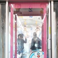 西武鉄道の「ドラえもん」をイメージした装飾がされたラッピング列車「DORAEMON-GO!」の車内にドアに描かれた「どこでもドア」=東京都練馬区で2020年10月8日午後0時46分、吉田航太撮影