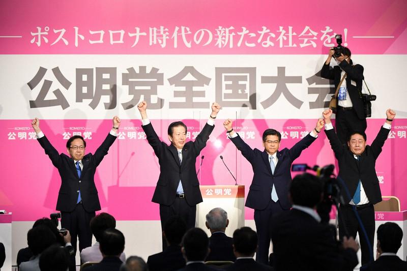 公明党全国大会で両手を上げて拍手に応える石井啓一幹事長(右から2人目)ら=東京都千代田区で2020年9月27日、北山夏帆撮影