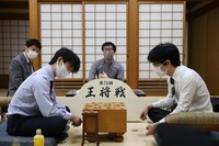 Shogi players Masayuki Toyoshima, right, and Sota Fujii are seen reflecting on their game in the Osho tournament at the Kansai Shogi Kaikan hall in Osaka's Fukushima Ward on Oct. 5, 2020. (Mainichi/Yohei Koide)