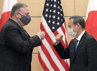 Prime Minister Yoshihide Suga, right, and U.S. Secretary of State Mike Pompeo exchange a fist bump before a meeting at the prime minister's office in Tokyo on Oct. 6, 2020. (Mainichi/Kan Takeuchi)