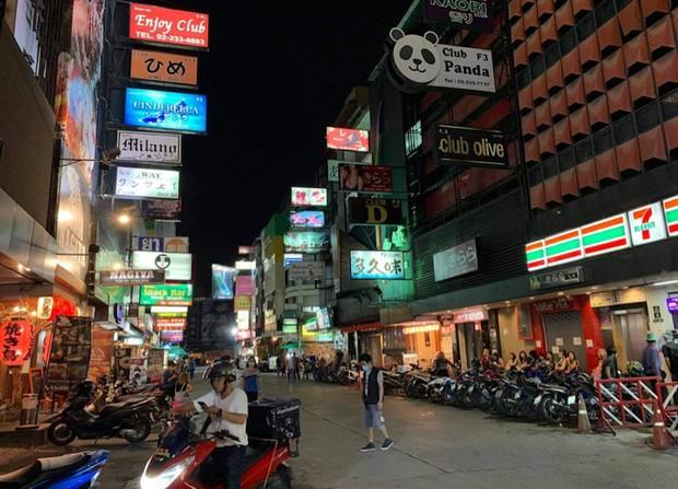 人通りの少ないタニヤ通り。コロナ禍で閉店した店も多い=10月6日